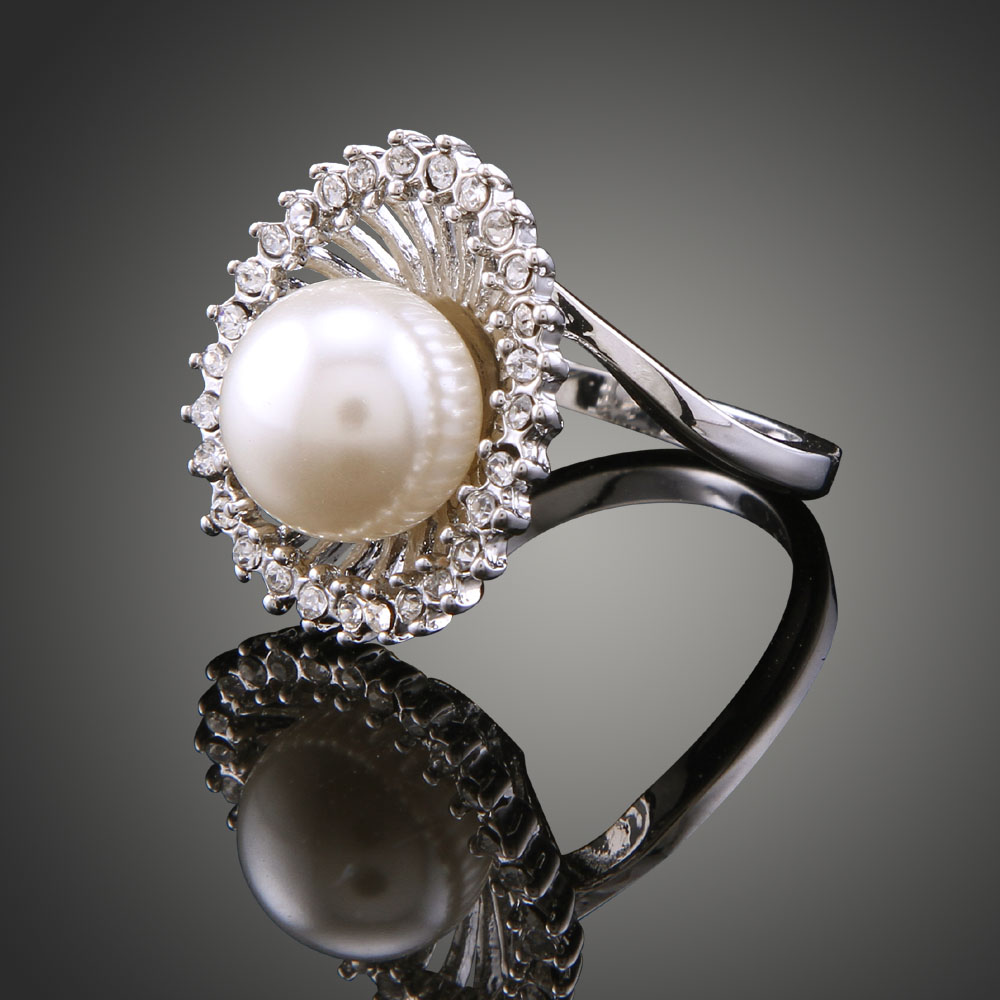 2018 Korean Simulated Pearl Rings Hollow Out Austrian Crystal trendy Plated Big Pearl Jewelry Womens Engagement Rings J00138