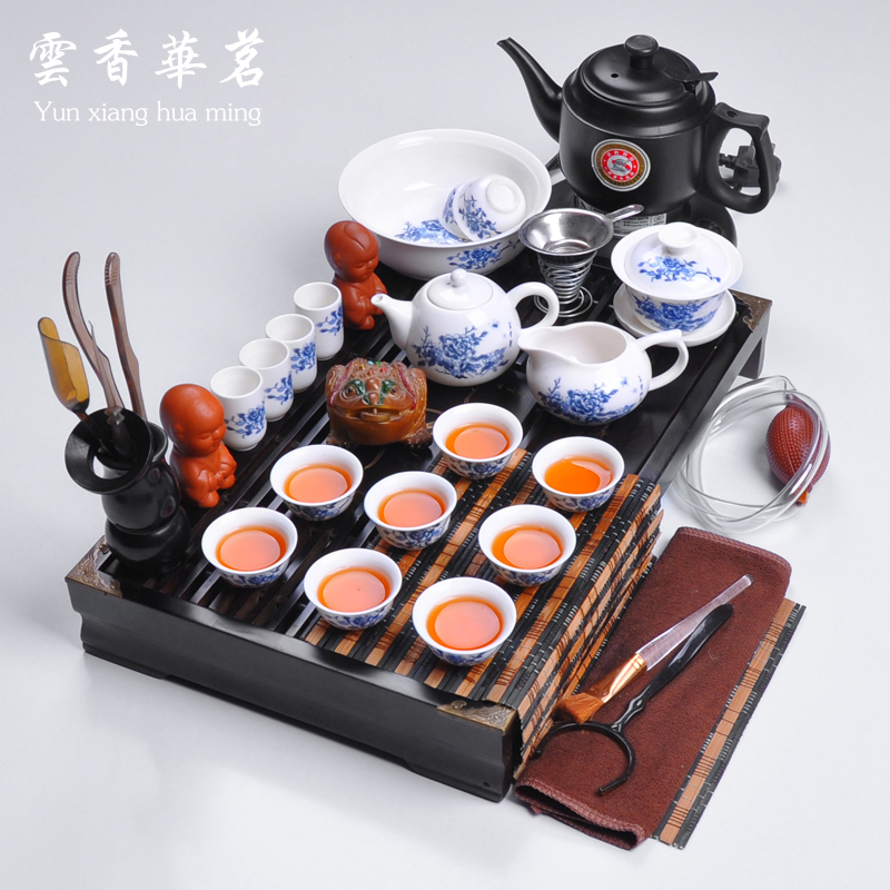 La porcelaine bleue et blanche ensemble de porcelaine Kung Fu ensemble de thé théière en céramique plateau de thé ensemble en bois table à thé