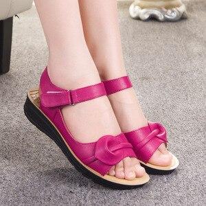 Image 2 - Mütter Plattform Sandalen Sommer Flache Schuhe Frau Runde Kappe Mode Keile Weibliche Mama Flache Sandale Damen Casual Schuhe