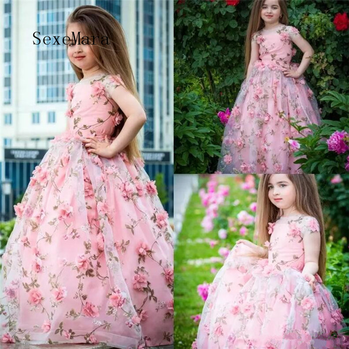 Stunning 2018 Flower Girls Dresses Jewel Neckline Short Sleeves Lace Applique Floor Length Toddler Birthday Dress Pageant Gown surplice neckline self tie circle dress