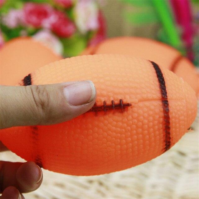Pet Cani Squeaky Toys Sounding Da Masticare Giocattoli di Calcio di Calcio per I Cani Da Compagnia Cuccioli Traing Palla Cani di Rugby 1 pz
