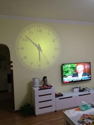 creatieve woonkamer aan de muur klok leidde digitale projectie klok ...