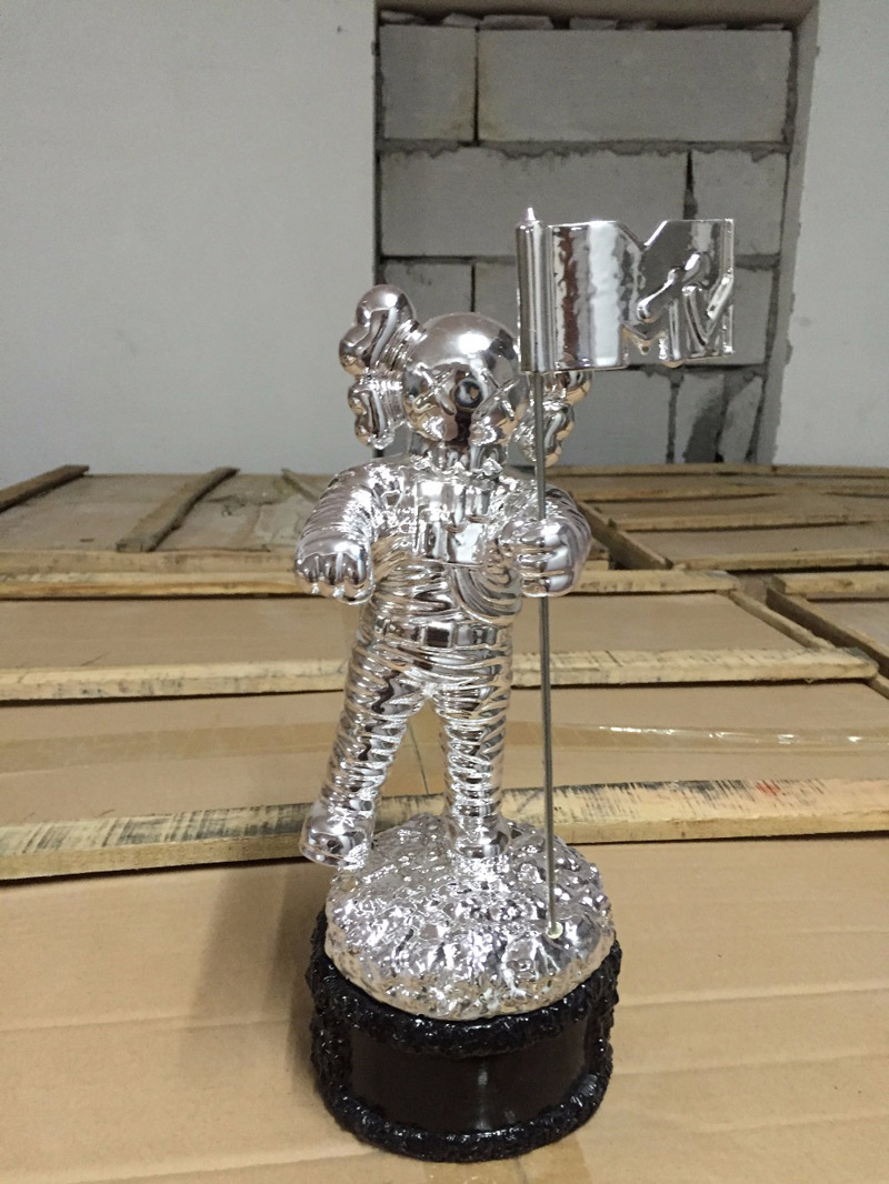KAWS MTV Model Kaws Companion Electric Music Festival Trophy Kabinett Toy 28CM
