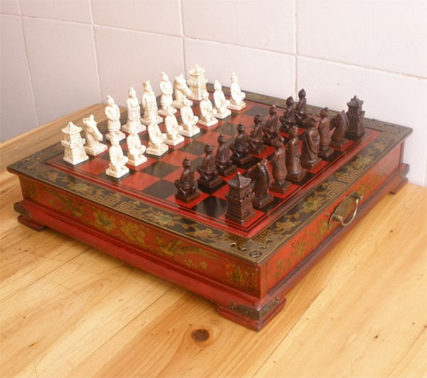 China Army Style 32 Pieces Chess Set & Leather Wood Box Flower Bird TableChina Army Style 32 Pieces Chess Set & Leather Wood Box Flower Bird Table