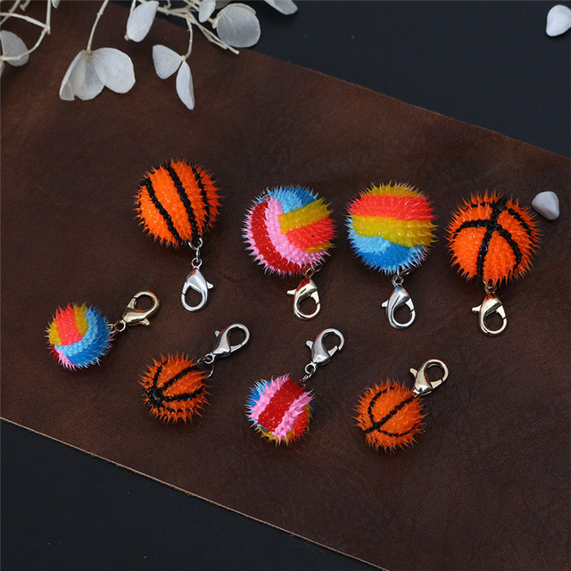 Colores brillantes epoxi baloncesto voleibol llavero accesorios DIY llavero colgar de la serie de dibujos animados lindo Pom bola colgante venta al por mayor
