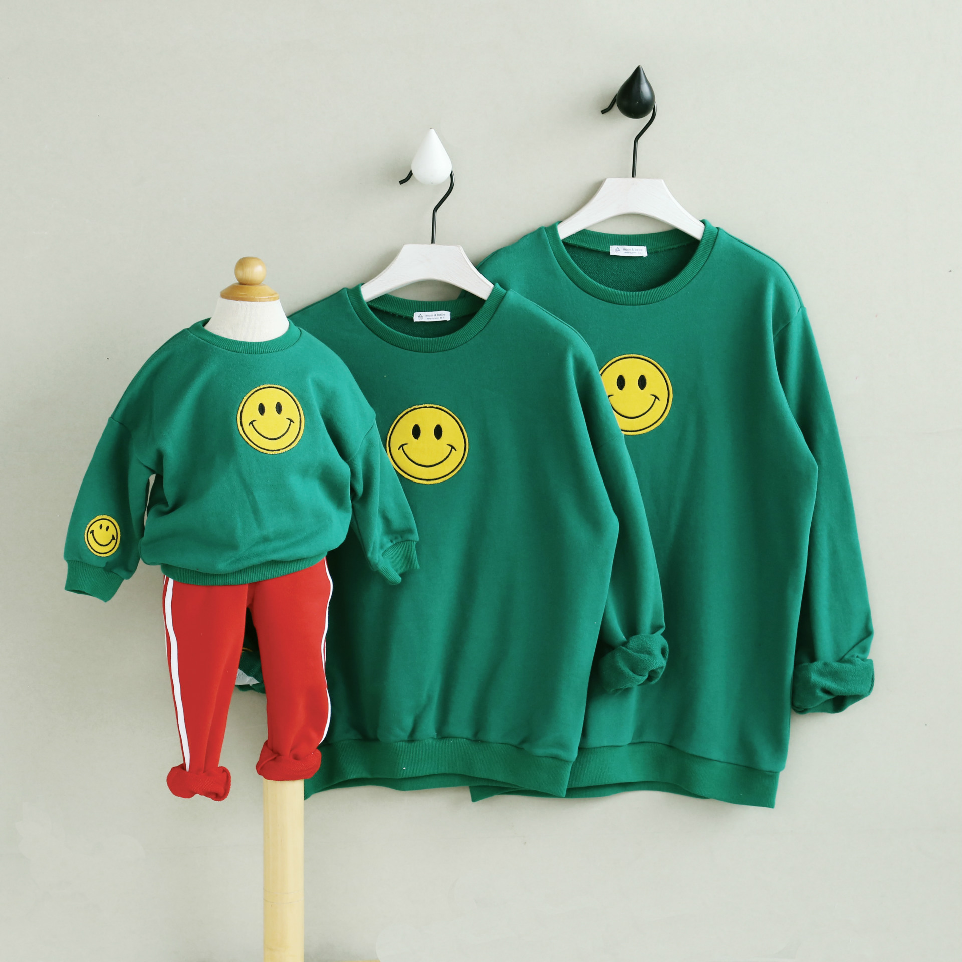 Free shipping spring autumn 2018 new Korean children sweater embroidered face children T-shirt Parent-child equipment