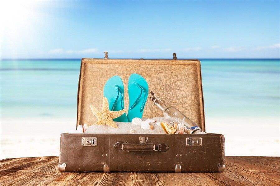 картинка с чемоданами на море почти столетний