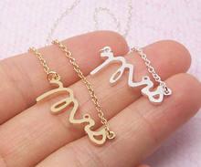 Простое изящное ожерелье с подвеской буквой «миссис» и логотипом