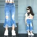 Новые джинсы 2016 летние дети мода рваные джинсы для детей девочка джинсы брюки корейском стиле сплит спикер тонкий джинсы брюки