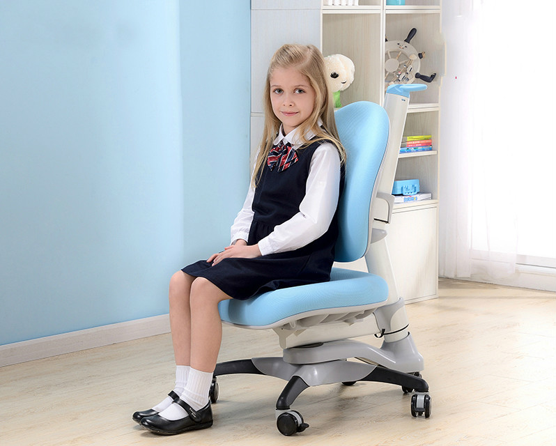 Children learning chair and correcting posture which can lift metadiscourse and genre learning