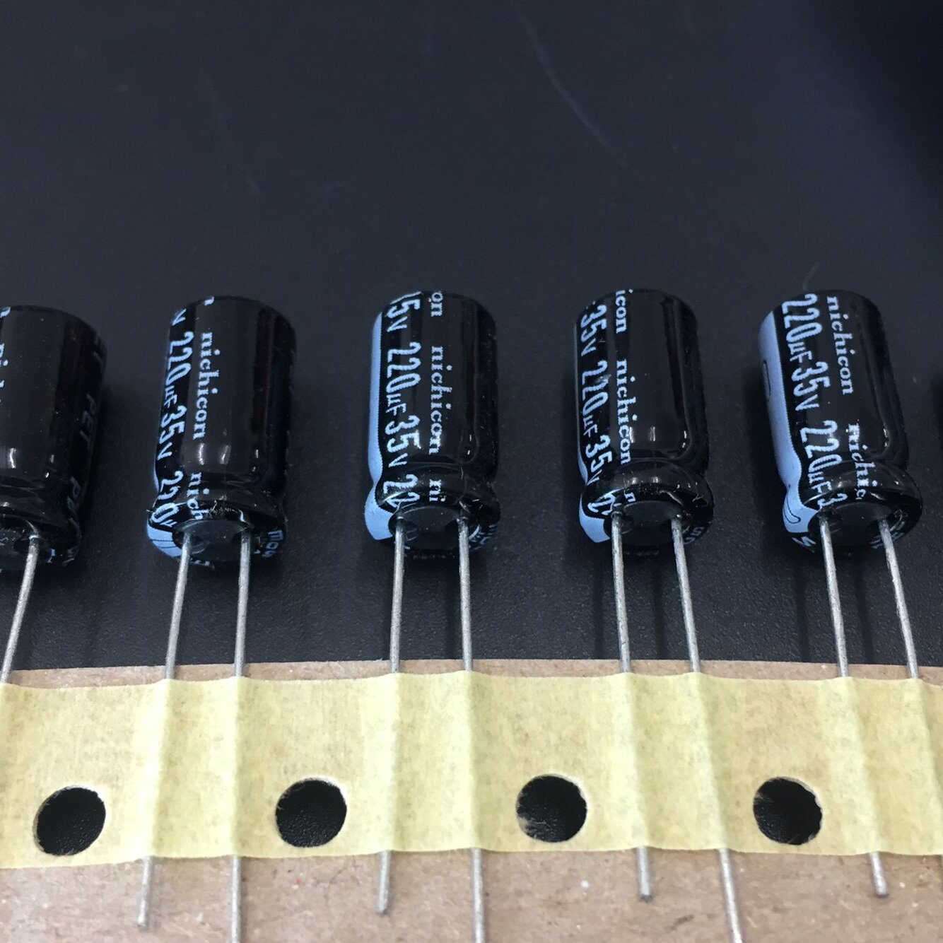 10pcs 220uF 35V NICHICON HE Series 8x15mm Extremely Low Impdance 35V220uF Aluminum Electrolytic Capacitor
