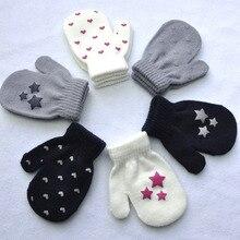 Милые детские зимние перчатки; модные варежки для малышей; вязаные перчатки в горошек со звездами и сердечками; теплые детские мягкие однотонные перчатки с принтом для мальчиков и девочек
