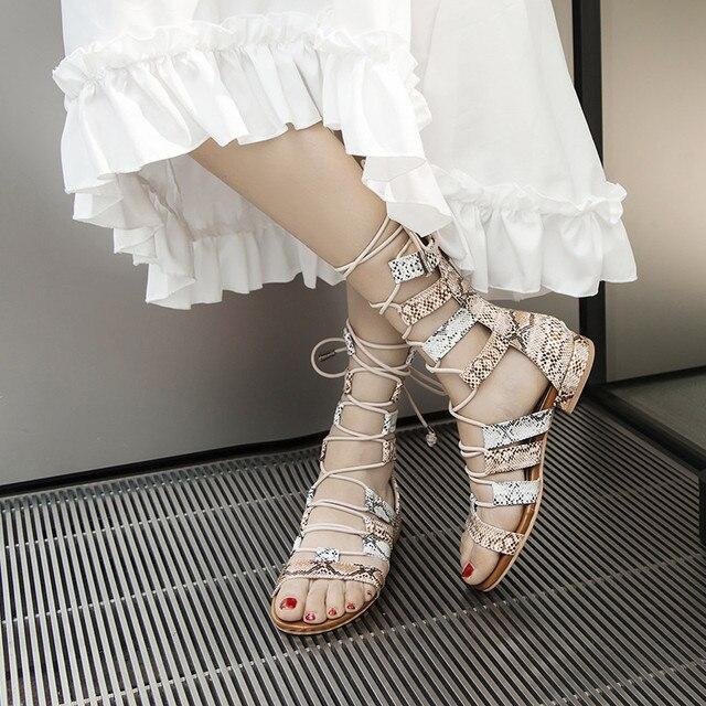 YMECHIC Avrupa Tarzı Tıknaz Düşük Topuklu Ayak Bileği Gladyatör Sandalet Kadın Ayakkabı Yaz Yılan Derisi Şemsiye Çapraz Bağlı Sandalet Çizme 2019