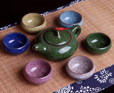 ערכת תה מחרסינה עם 6 כוסות עגולות בצבעים שונים וקומקום ירוק