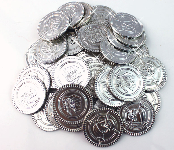Cool 100pc plastic crossbone captain pirate treasure silver coins props toys for Halloween party cosplay kids favors prize fun