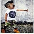 Новый 2017 Мода мальчиков Одежда 2 ШТ. детская Чистого Хлопка Белый С Коротким Рукавом + Камуфляж Брюки New baby костюм