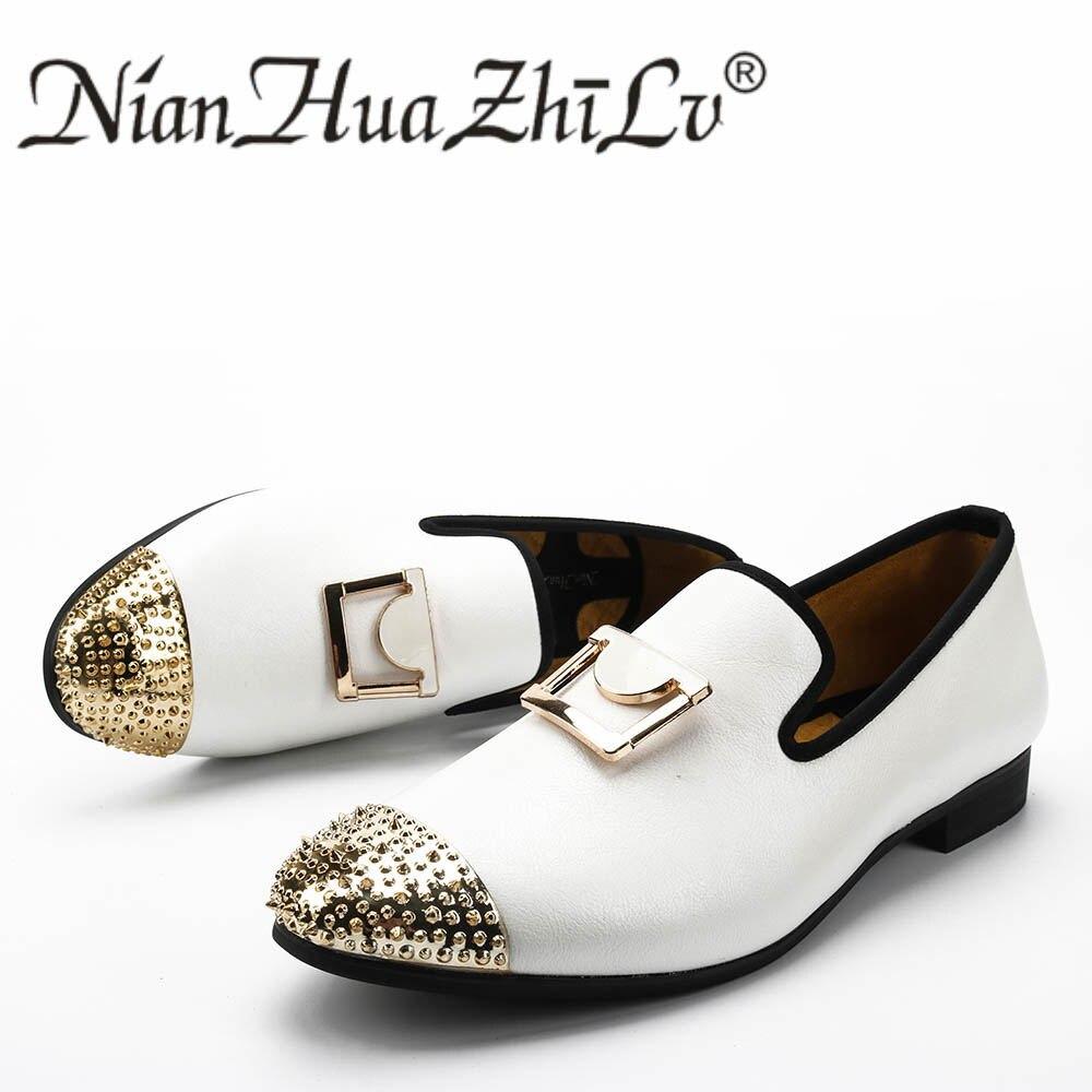 Ayakk.'ten Erkek Rahat Ayakkabılar'de Erkekler rahat ayakkabılar moda yeni el yapımı erkekler beyaz deri makosenler altın toka ile düğün ve parti elbise ayakkabı'da  Grup 1