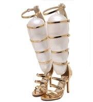 2017 de la moda del banquete de boda de novia rodilla verano botas sandalia gladiador romano sandalias jaula de punta abierta bombas de Tacones de aguja de oro