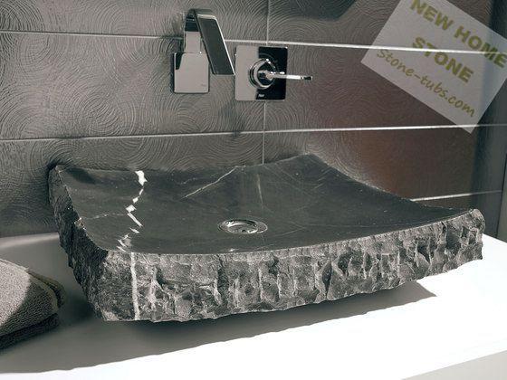 Zwarte schip zinken een stuk marmer steen uitgesneden met ruwe