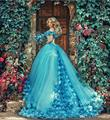 2017 Vestido De Bola Azul Vestidos de Quinceañera con Flores Hechas A Mano Fuera del hombro Tribunal Tren Tul Robe de Cenicienta