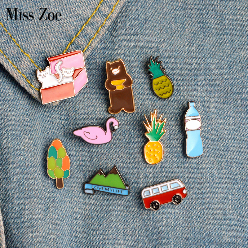 Miss Zoe 9pcs / set Pineapple Bus Cats in Box Bean Swan Mountain Brooch Button Pins ქინძისთავის ქურთუკი Pin Pin Badge Cartoon Jewelry Gift