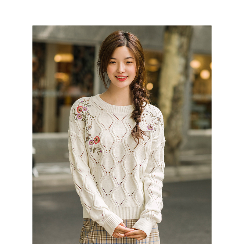 INMAN 2019 Spring Autumn Round Collar Embroidery Hole Out Pullover Women Sweater