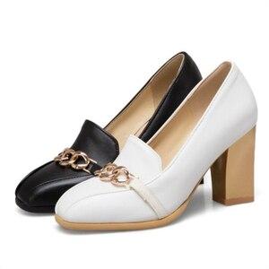 Image 4 - Plus rozmiar 48 nowe wysokie obcasy damskie czółenka luksusowi projektanci czarne białe Party buty biurowe kobieta markowy łańcuszek Casual Dress Pumps