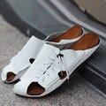 Nueva 2015 hombres de cuero sandalias zapatillas de verano para hombres Flip flop playa sandalias blancas con los planos ocasionales Zapatos diapositivas tamaño 39-44