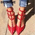 Большой размер 43 Горячей Продажи Заклепки указал на высоких каблуках сандалии три перца с заклепки одиночные обувь женская обувь