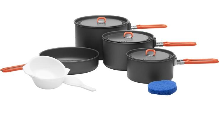 4 - 5 человек, готовящий открытый посуда кемпинг горшок устанавливает feast5