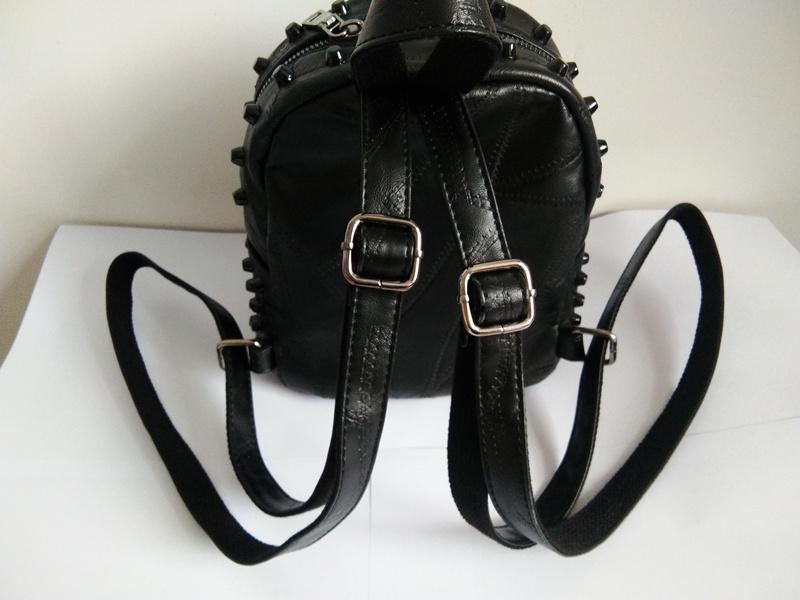 c81c45da8bbff Célèbre marque femmes en cuir véritable sac à dos 100% en peau de mouton  quotidien sac à dos petit Rivet Bagpack fille Casual voyage sac à dos JXY771