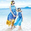В возрасте 3 - 9 т мать и дети семьи соответствующие наряды матери-дочери жилет пляж платья голубой шифон длительный отпуск пляж платье