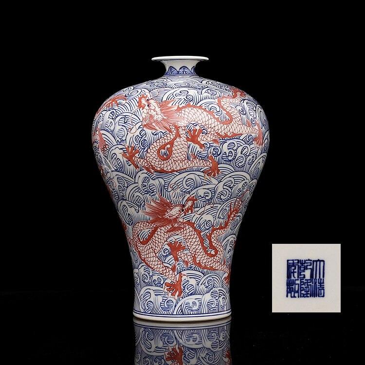 Qing Qianlong peint à la main bleu et blanc glaçure rouge mer eau cinq dragons vase meiping porcelaine antique