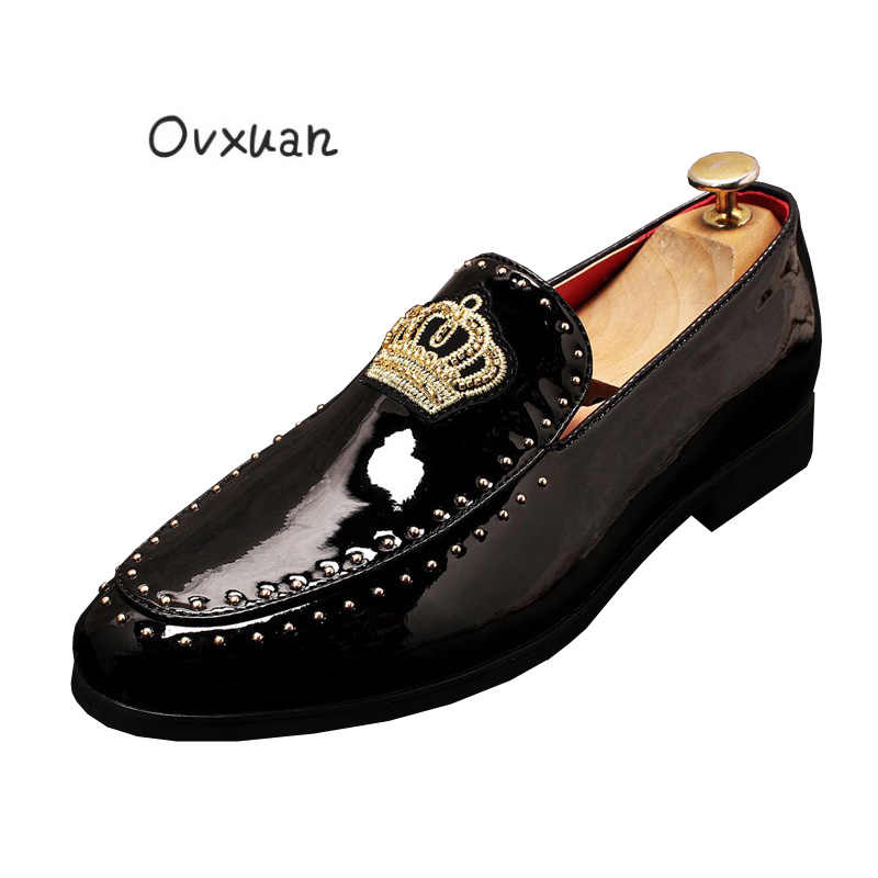 Italiaanse Lakleer Borduurwerk Crown Casual Klinknagel Schoenen Mannelijke Designer Dress Wedding Party Prom Loafers schoenen zapatos de novio