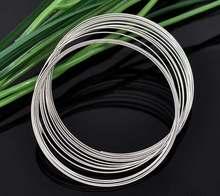 A memória de aço do fio que perfura os componentes das pulseiras cor prata redonda 5.5cm (2 1/8