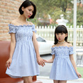 2016 последние воланами Слово плечо платье, новое прибытие Мать Дочь Летом с коротким рукавом в Полоску Платье семья соответствующие наряды
