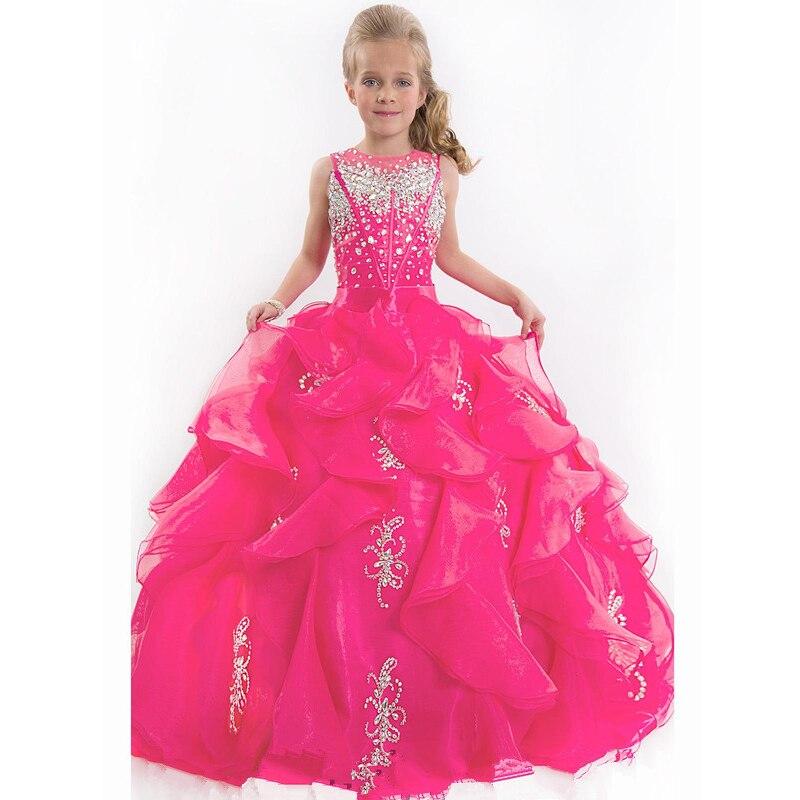 Девочка в платье фуксия