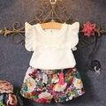 2017 Moda de Nueva Lindo de los Bebés Ropa Fijada Verano Pétalo manga de la Camiseta Top y Pantalones Cortos Florales 2 UNIDS Equipo Niñas conjunto