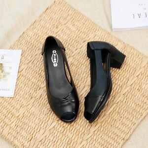 Image 4 - ฤดูร้อนของแท้หนังสบายสุภาพสตรีกลางส้นรองเท้าสตรีHollow Peep Toeส้นรองเท้าแตะผู้หญิงสีดำM843