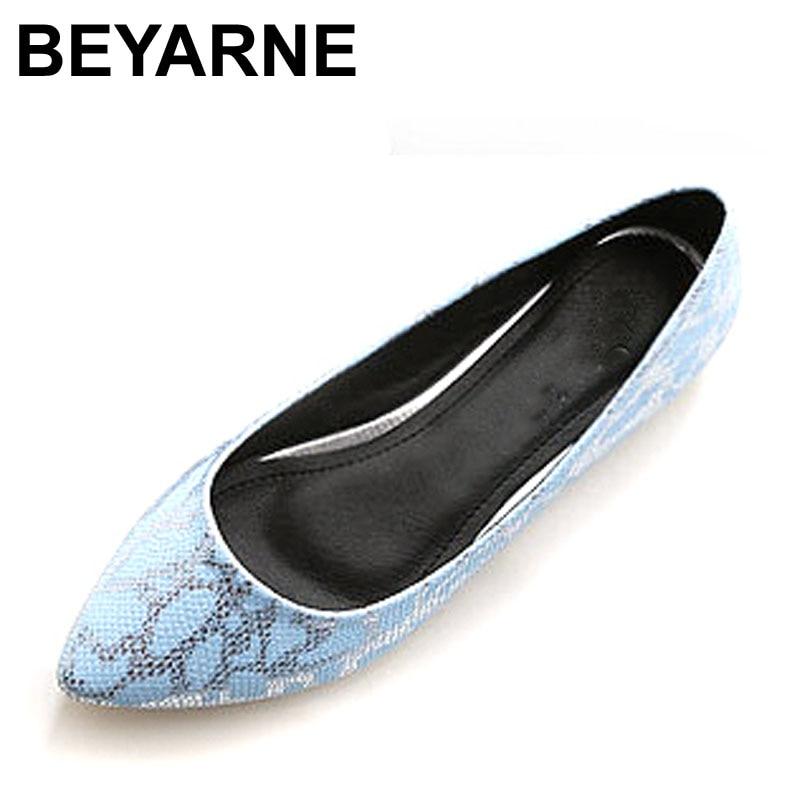 20c1df42c Beyarne Новое поступление заклепки женские балетки с острым носком  Искусственная кожа женская обувь пикантные туфли в римском стиле на плоско.