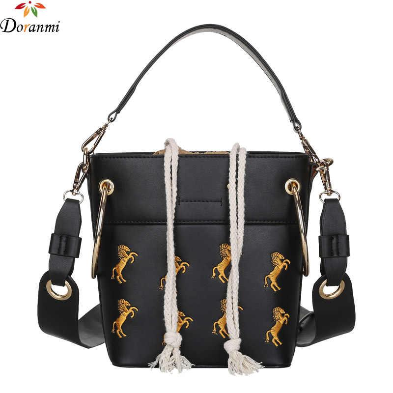 418ca841ee1f DORANMI лошадь вышитая сумка-мешок женская сумка 2018 Мода струнная  застежка кожаная сумка женская верхняя