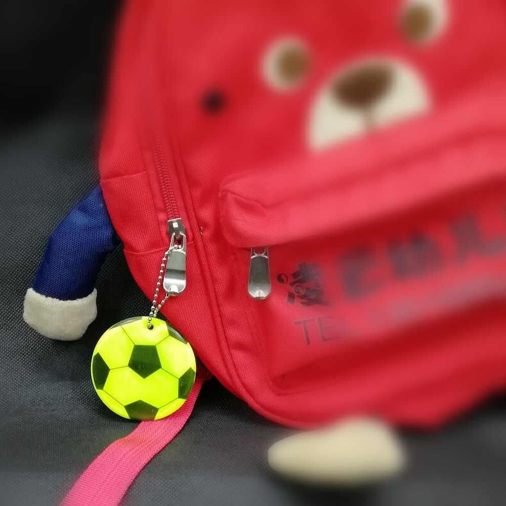 Futbol modeli Yumuşak PVC Yansıtıcı çanta anahtarlığı kolye aksesuarları Yüksek görünürlük anahtarlıklar trafik görünür güvenlik kullanımı