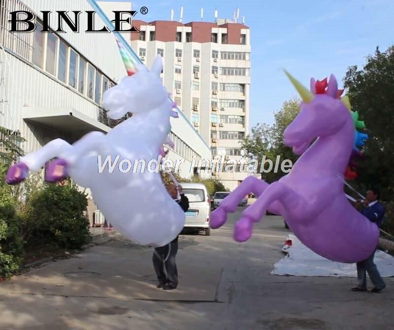 La meilleure vente blanc géant répliques d'animaux de marche LED gonflable cheval costume avec cornes licorne costume pour ville parade