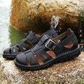 Nuevo color sólido masculino puntera que cubre las sandalias de cuero genuino de alta calidad de cuero de vaca hebilla de metal de diseño para hombre de playa sandalia zapatos