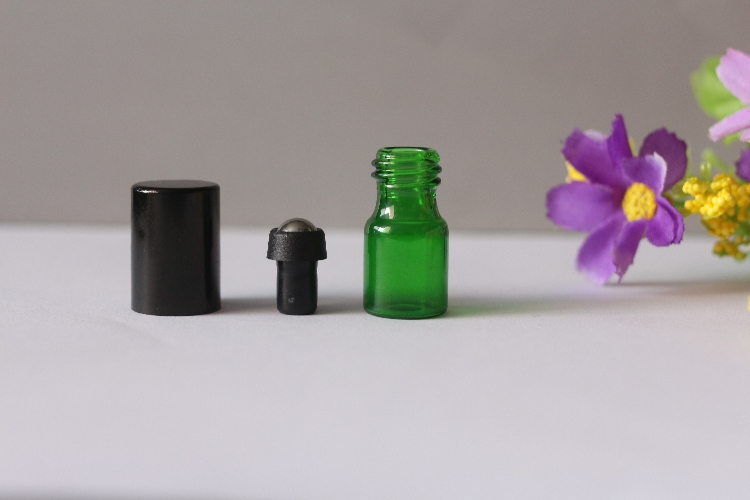 Nuovo Portatile 2 ml bottiglia di Vetro Verde Bottiglia Roll On Vuoto Fragranza profumo Bottiglie di Olio Essenziale Con Sfera di Metallo Roller Black Metal Cap