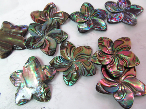 100pcs 15-30mm Abalone Shell Filigree Pendants,White MOP Hand Carved Filigree fluroial D ...