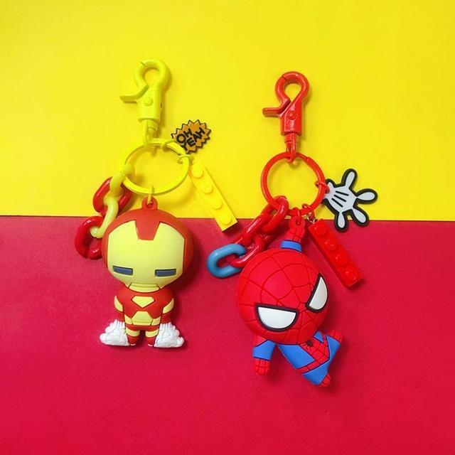 1 pc fresco Dos Desenhos Animados Superheros Spiderman Ironman Capitão América Figuras de Ação Brinquedos de Bolso Chaveiro presente