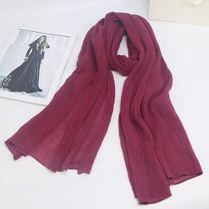 Image 3 - Miya Mona Plain Baumwolle frauen Hijabs Weibliche Mode Warme Welle Faltig Muslimischen Wrap Hijab Einfache Solide Plain Schal Kopftuch
