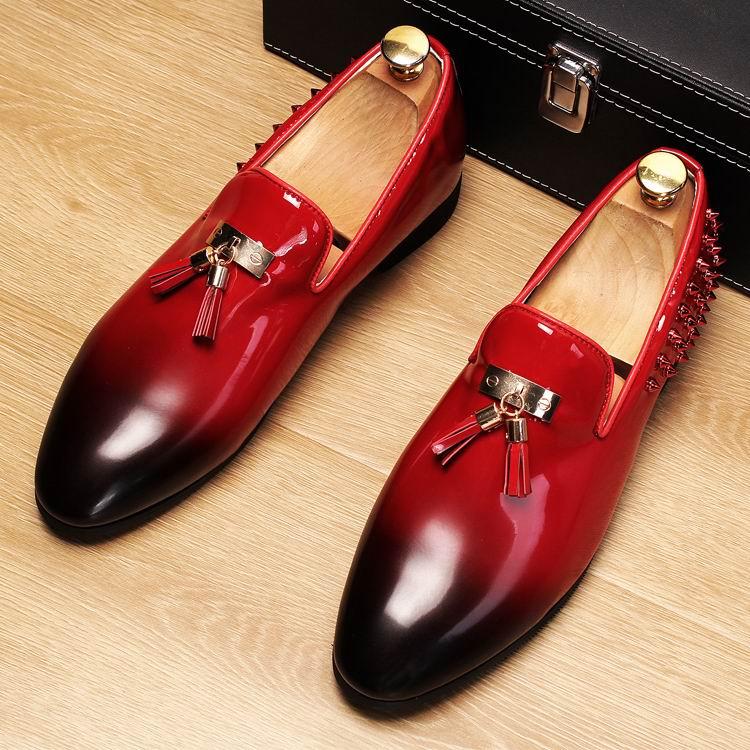 Ayakk.'ten Erkek Rahat Ayakkabılar'de ERRFC Yeni Varış Erkekler Kırmızı Tekne Ayakkabı Moda Yuvarlak Ayak Fırça Renk Kayma Püskül makosen ayakkabı Adam Siyah Perçinler PU deri ayakkabı'da  Grup 1