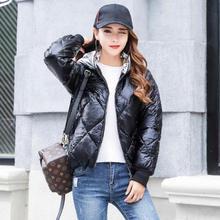 Дешевые зимние пальто Для женщин тонкий длинный рукав короткий парка Feminino 2018 Мода Женский Золотой яркий молнии теплая куртка с капюшоном